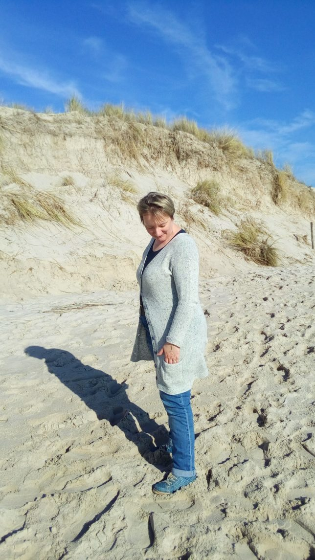 Yrsa - Longcardigan - Strickjacke - Lamana Como Tweed - Strickanleitung - Strickjacke mit Perlmuster - Tragefoto1