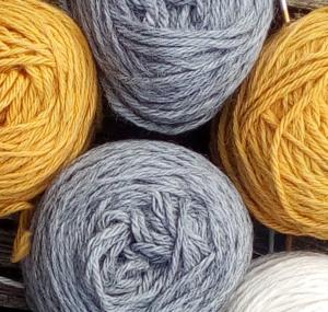 Pascuali Alpaka Fino - grau - senfgelb - Stricken hält gesund
