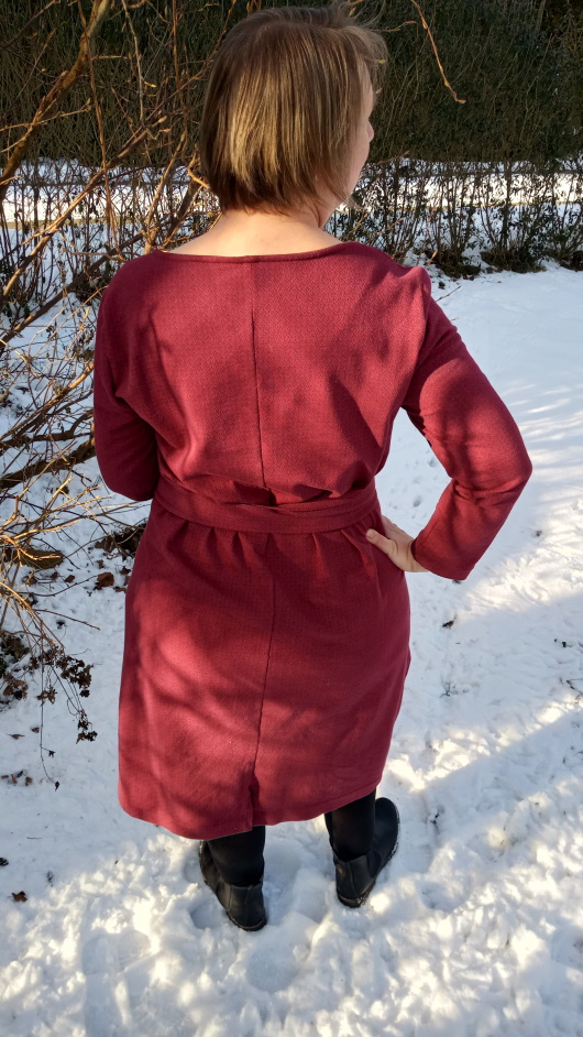 Kielo Wrap Dress - Sweatstoff - Langarm - Wickelkleid - Named Clothing - Rückansicht