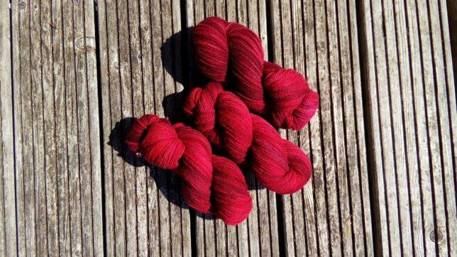 rot gefaerbte Wollstränge von ColorFairy