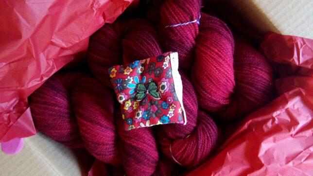 von Color Fairy rot gefaerbte Wolle schön verpackt mit Lavendelsaeckchen